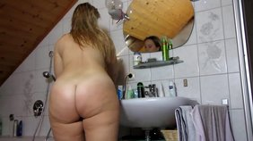 Tick older chick showing off her massive ass after taking a shower